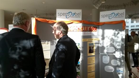 Stadtdirektor Jörg Stüdemann (links) im Gespräch mit dem Vorstandsvorsitzenden der Bank für Kirche und Diakonie eG - KD-Bank,  Dr. Thiesler am MOSAIK- Stand.