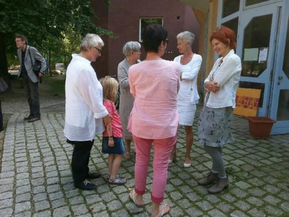 Frau Günther, Vorstandsmitglied von MOSAIK,  im Pausengespräch mit Interessierten.